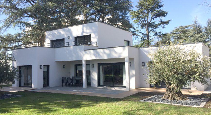 Maison moderne avec toit-plat et beau jardin avec olivier ...